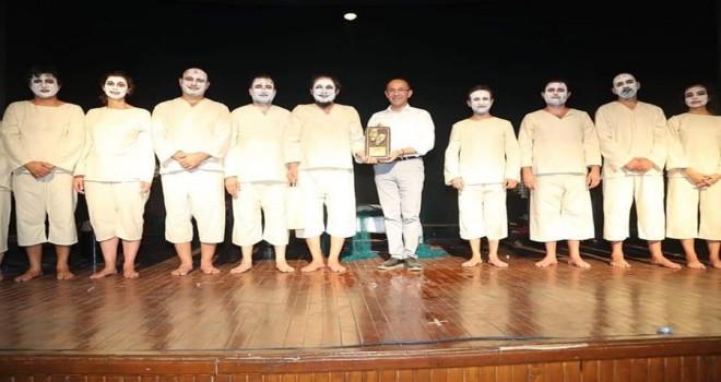Maltepe Belediye Tiyatrosu'na İzmir'den 3 ödül birden