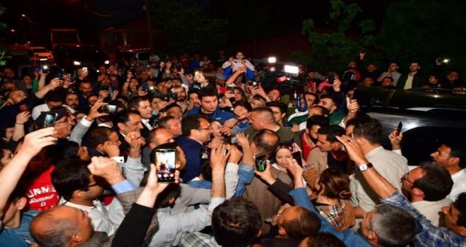 Sultanbeyli'de iftara katılan Ekrem İmamoğlu'na yoğun ilgi