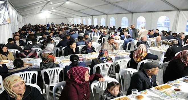 Tuzla Belediyesi, Ramazan'ın Bereketini İftar Çadırında Misafirleri ile Paylaşıyor